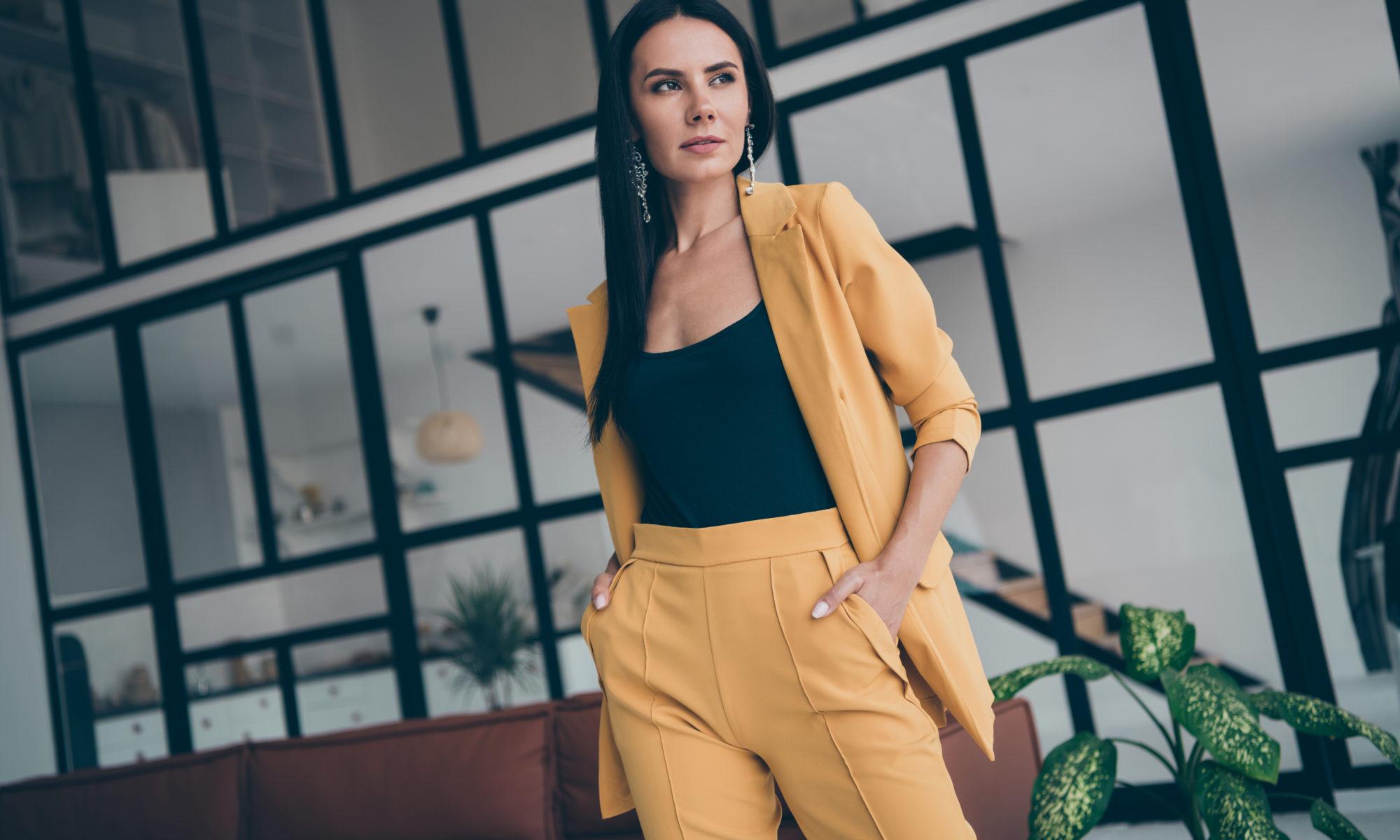Kobieta sukcesu w żółtym garniturze