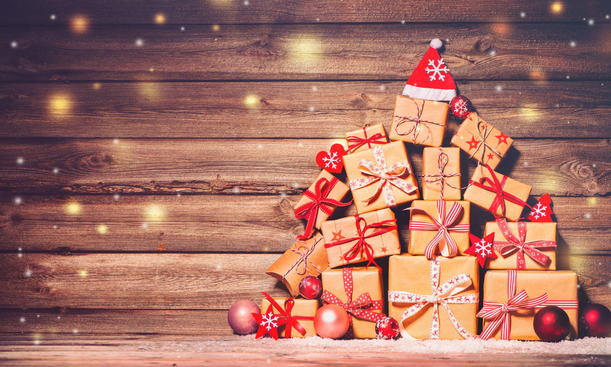 choinka ułożona z prezentów świątecznych