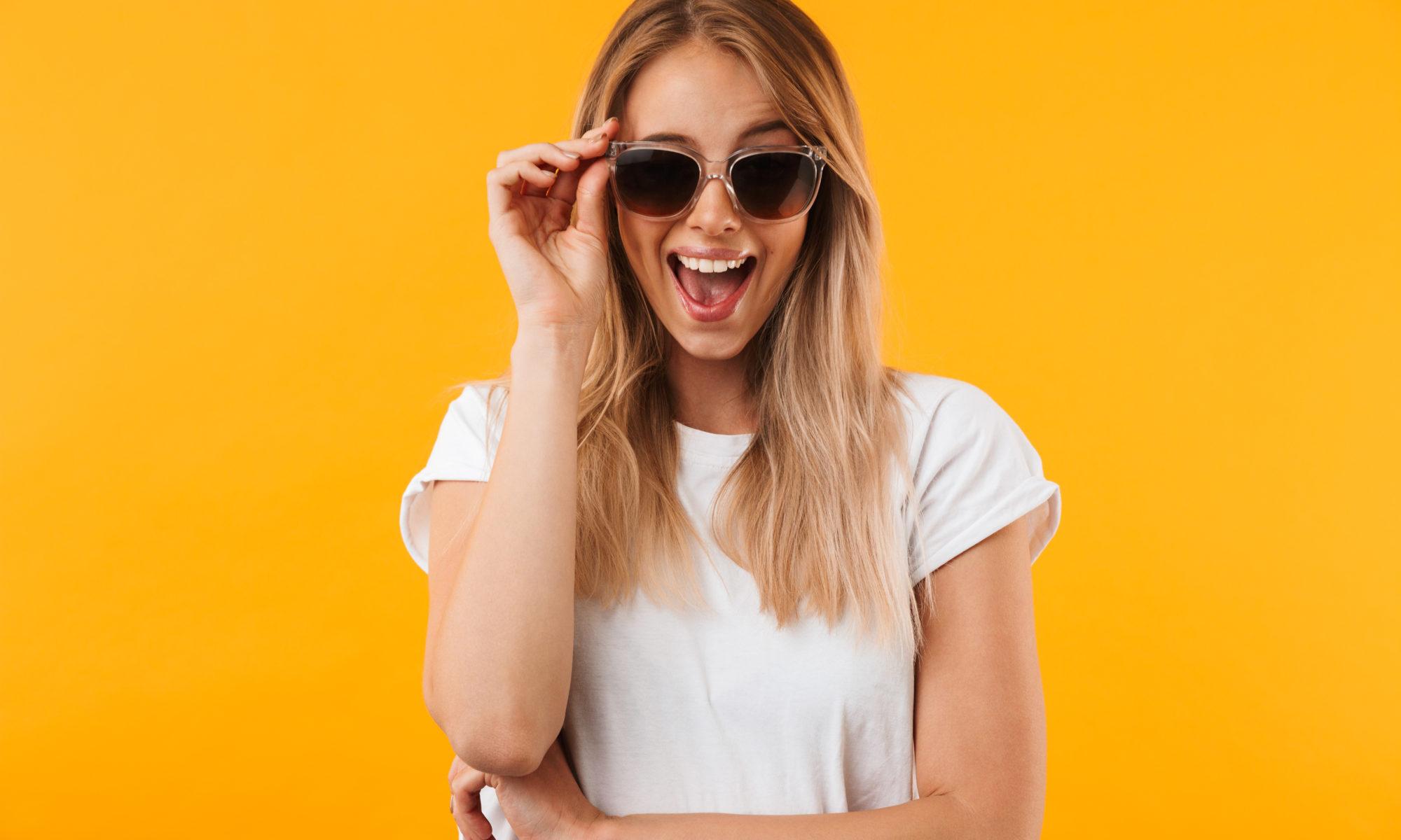okulary fotochromowe u uśmiechniętej dziewczyny