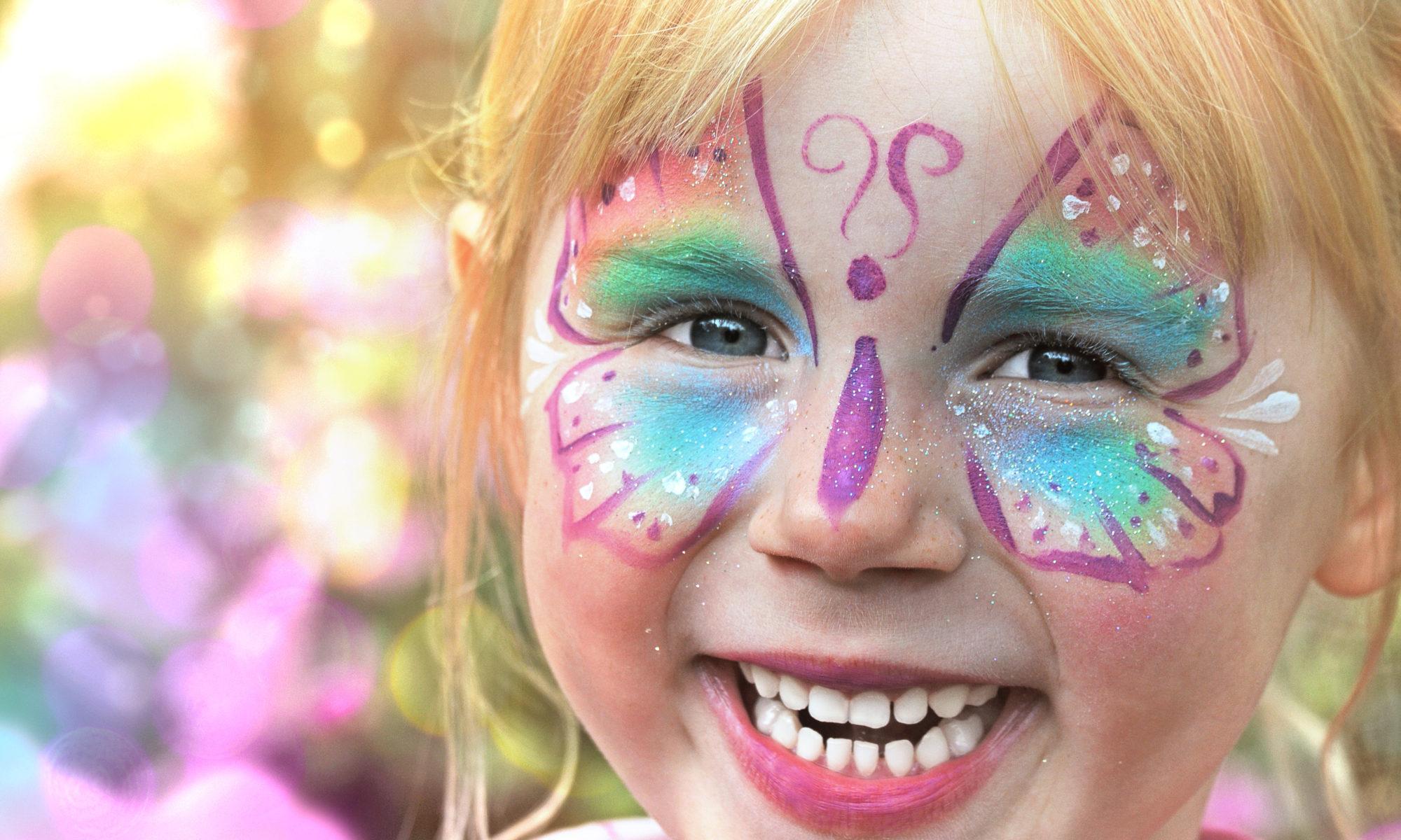 Dziewczynka z pomalowaną twarzą na kinder party
