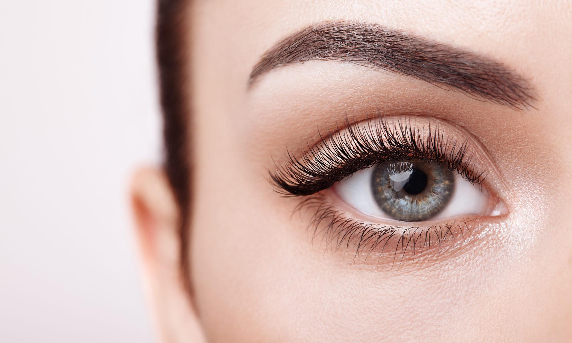 Kobiece prawe oko wraz z długimi rzęsami