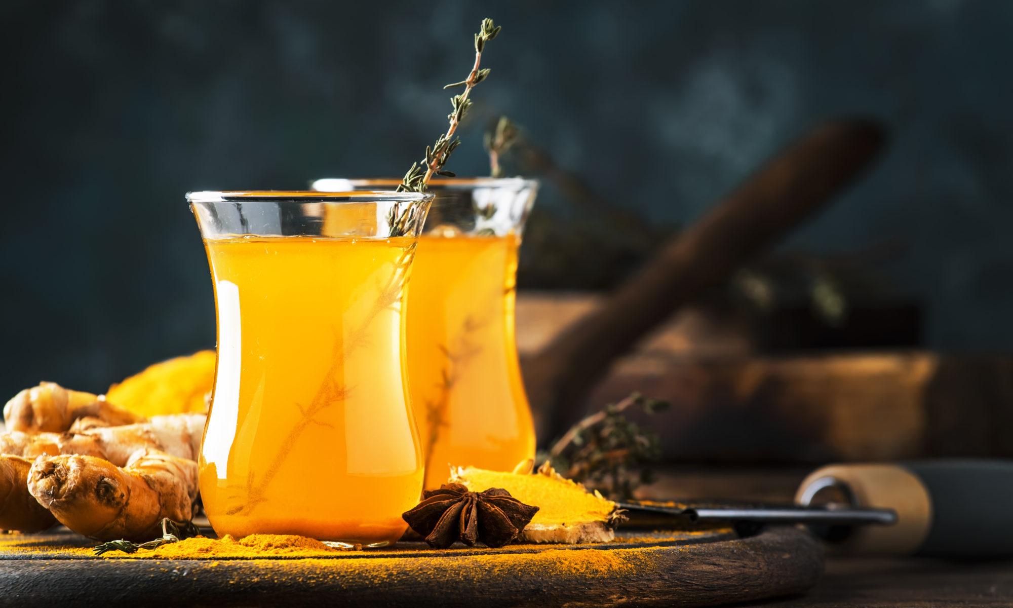 Rozgrzewający napój z imbiru i kurkumy