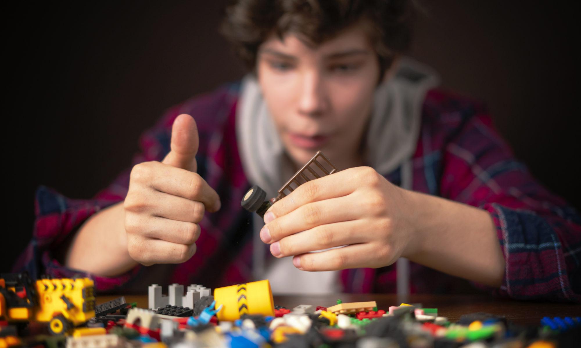 Nastolatek układający klocki lego