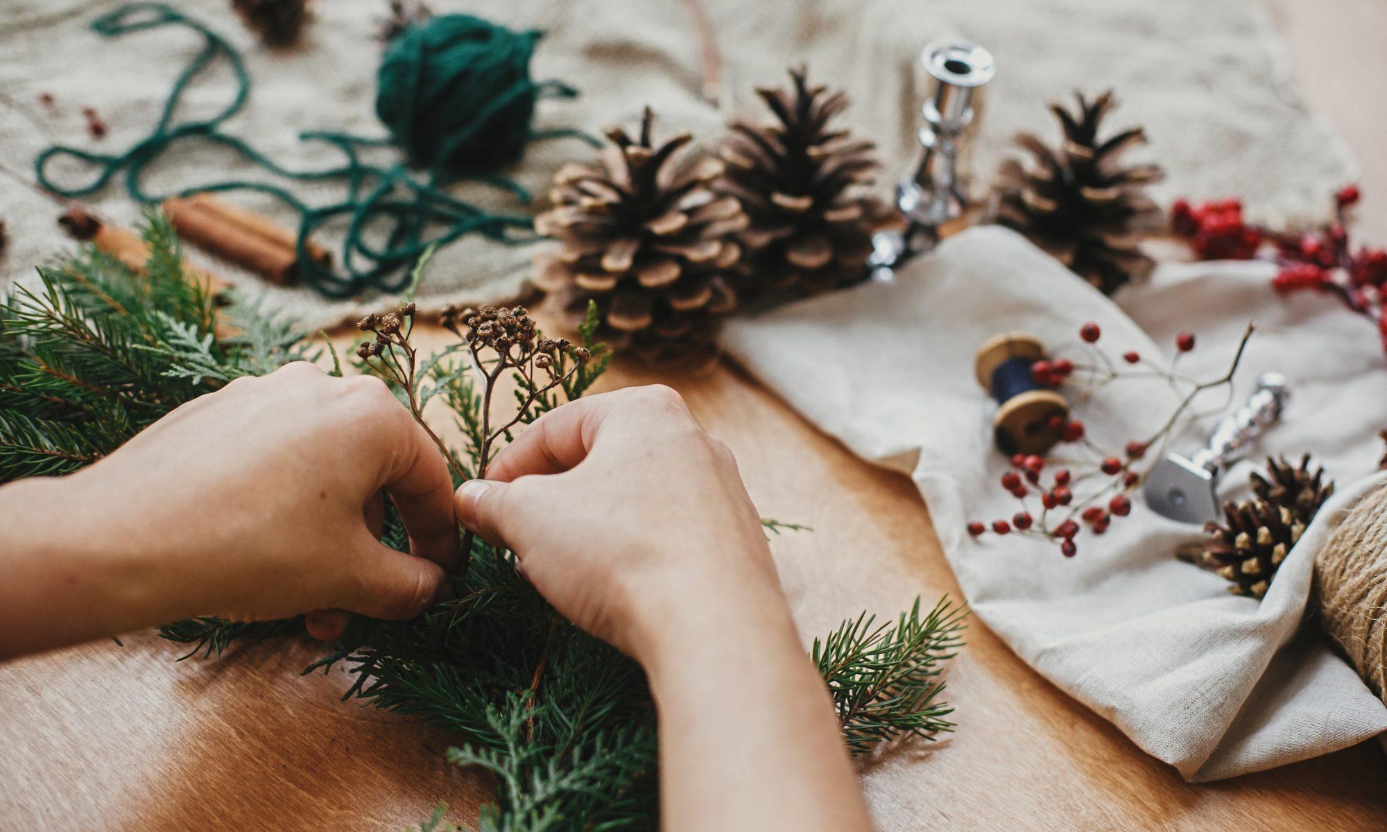 osoba wykonująca rustykalny stroik świąteczny