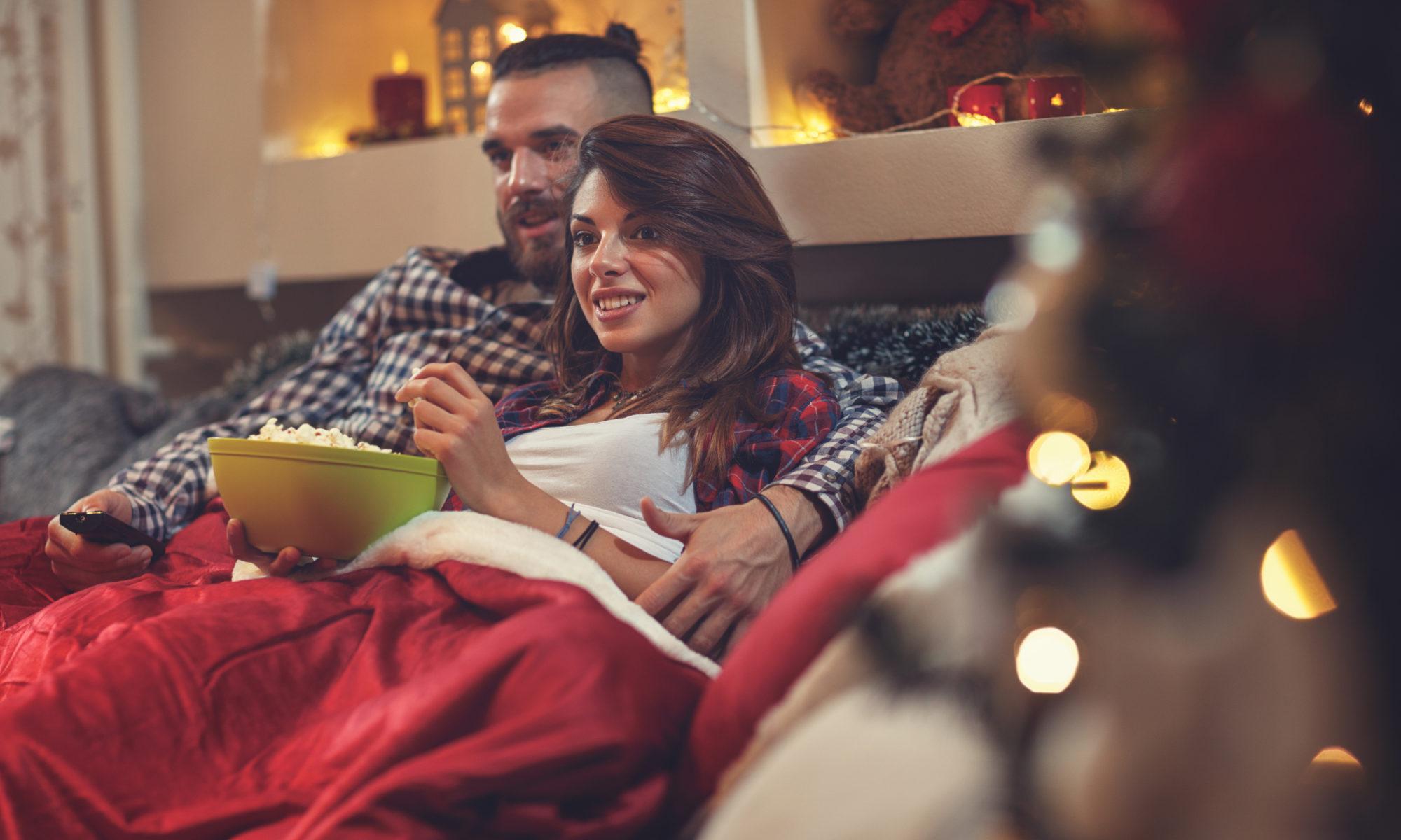 Para pod kocem przed telewizorem w święta