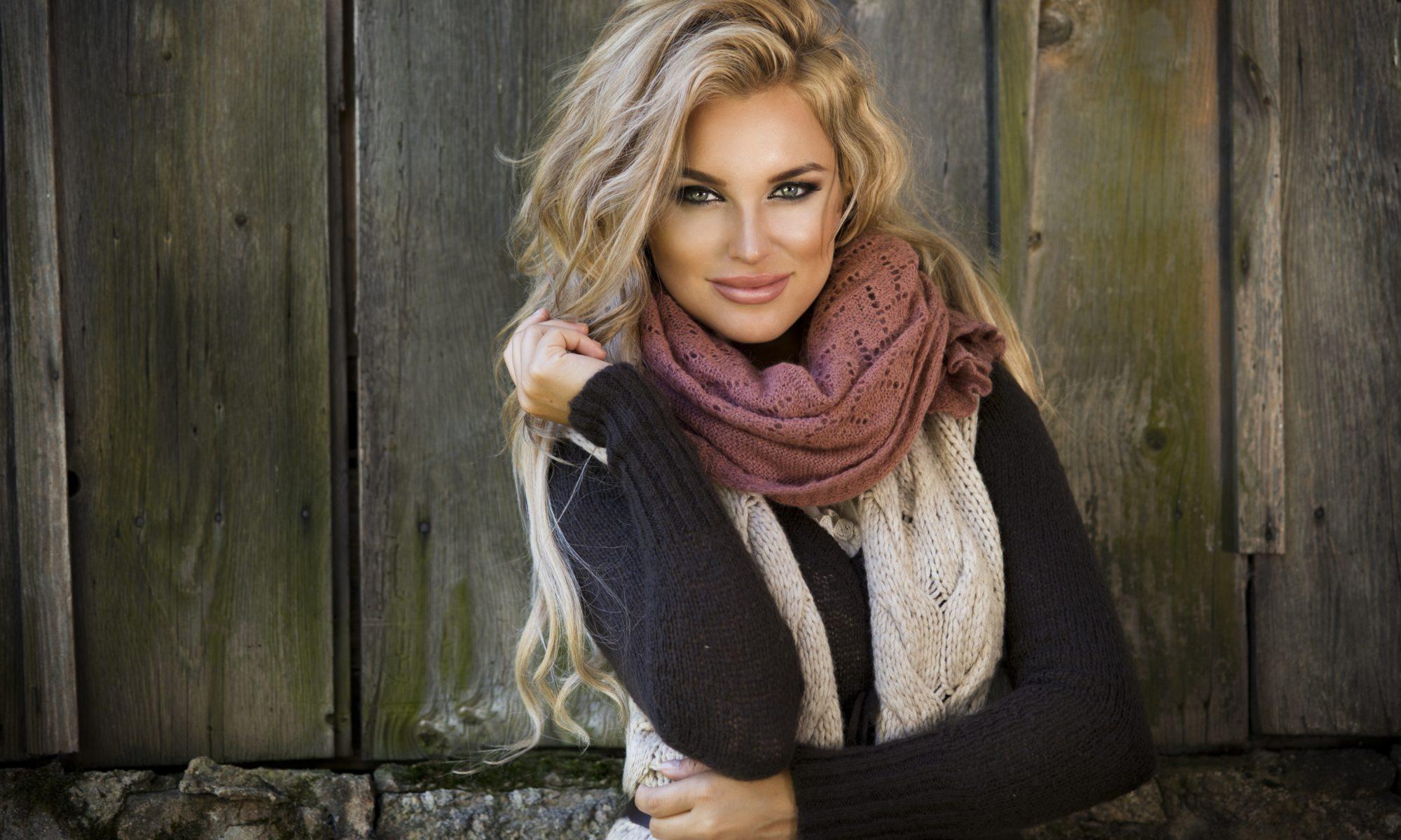 Piękna blondynka z długimi włosami w zimowej stylizacji