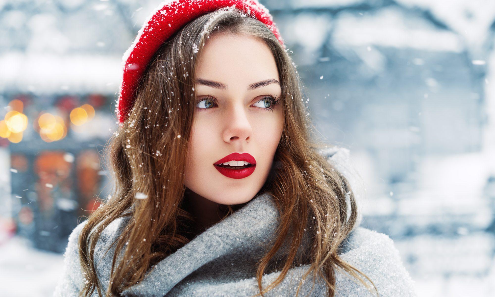 Piękna kobieta w czerwonym berecie w zimie