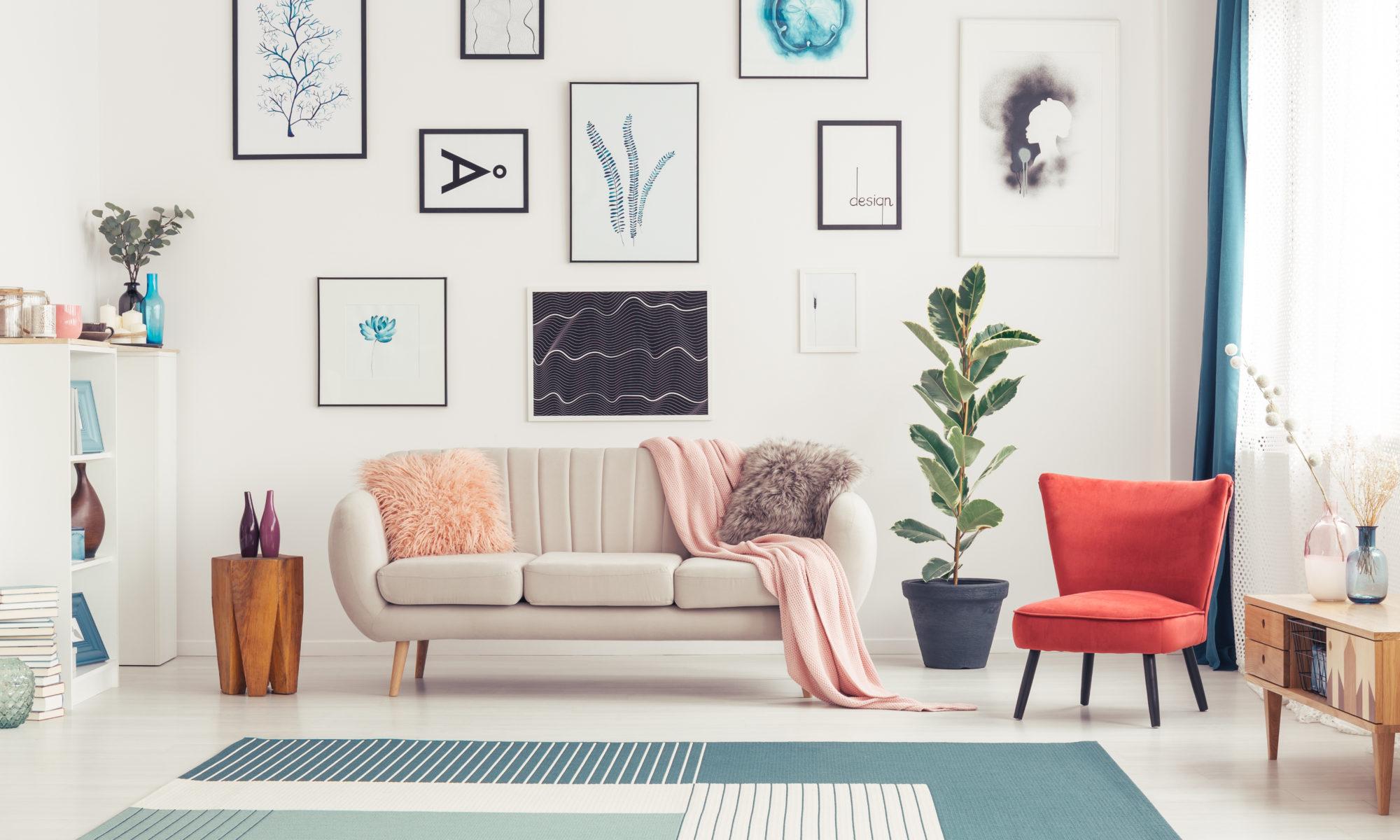 kolorowy salon z powieszonymi obrazami nad kanapą