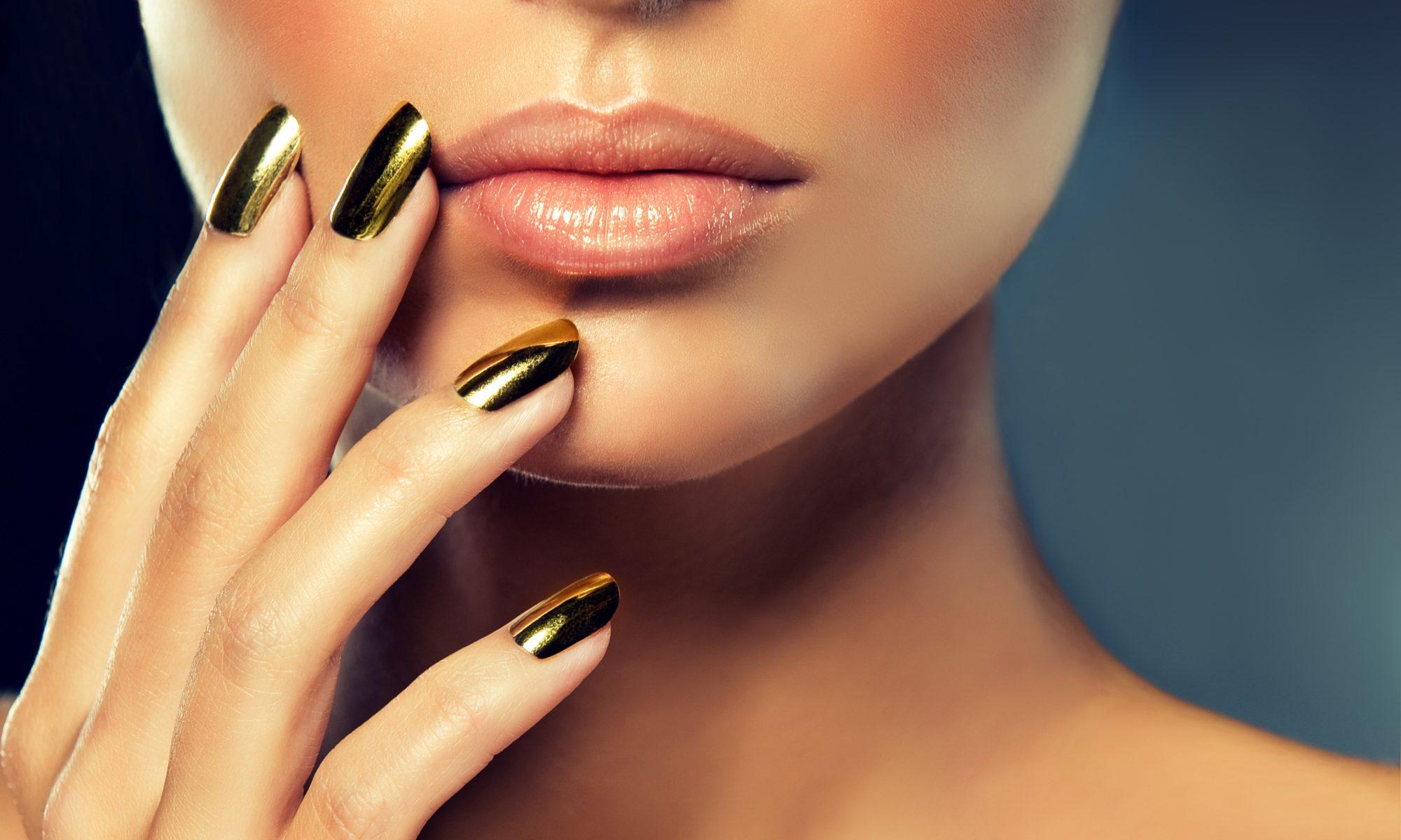 Makijaż sylwestrowy złote paznokcie
