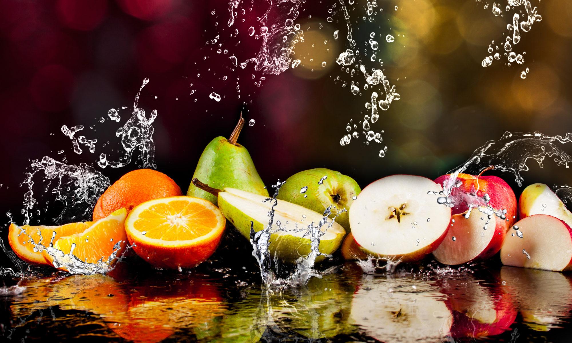 kawałki owoców w wodzie