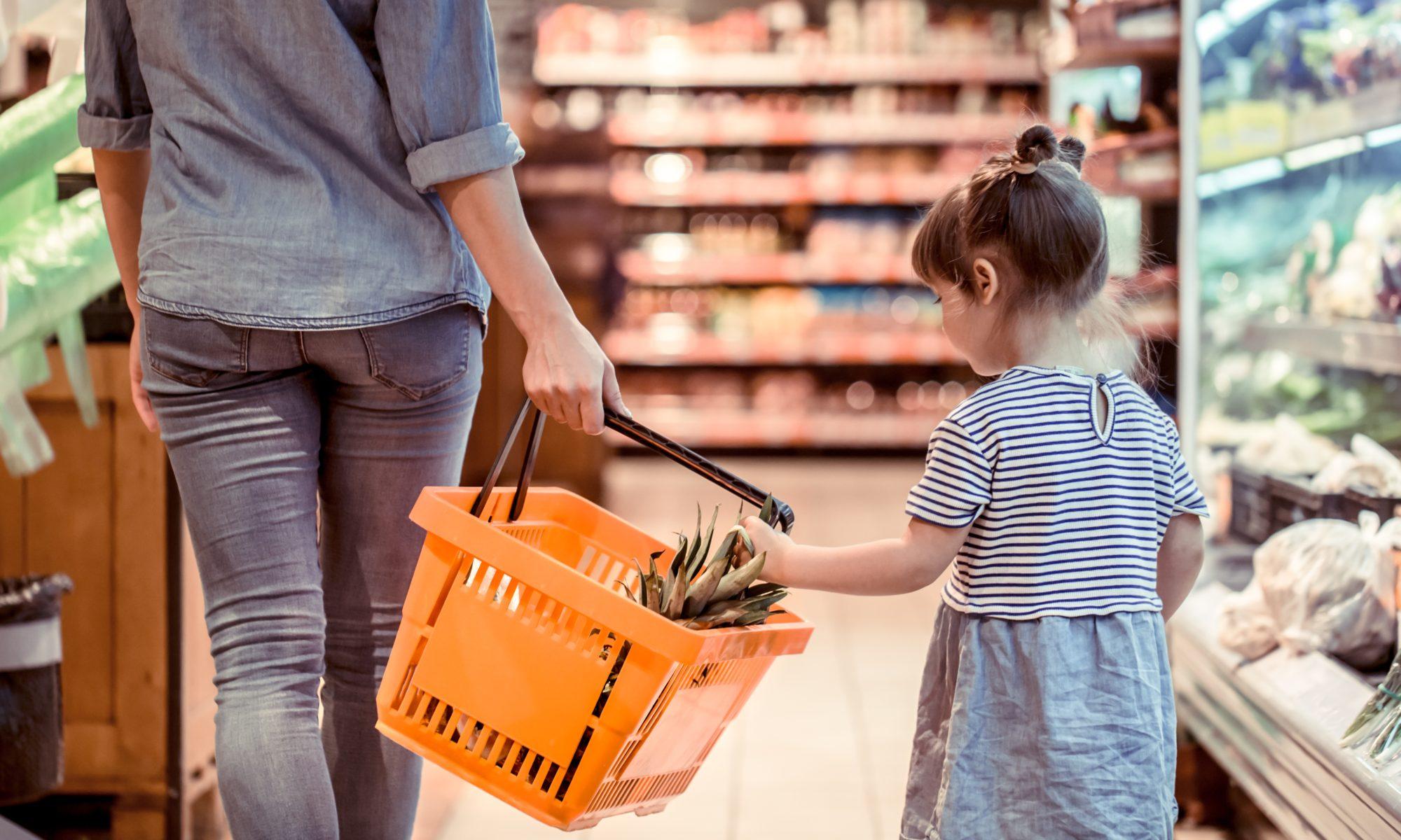 matka i córka w niedzielę handlową w sklepie na zakupach