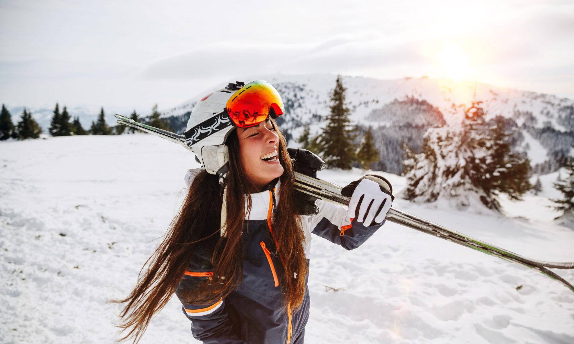szczęśliwa dziewczyna w górach z nartami