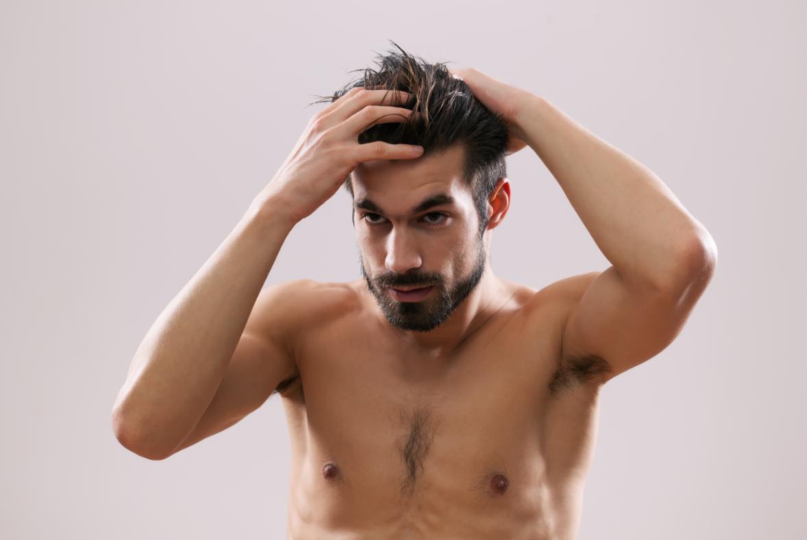 mężczyzna układający włosy w łazience