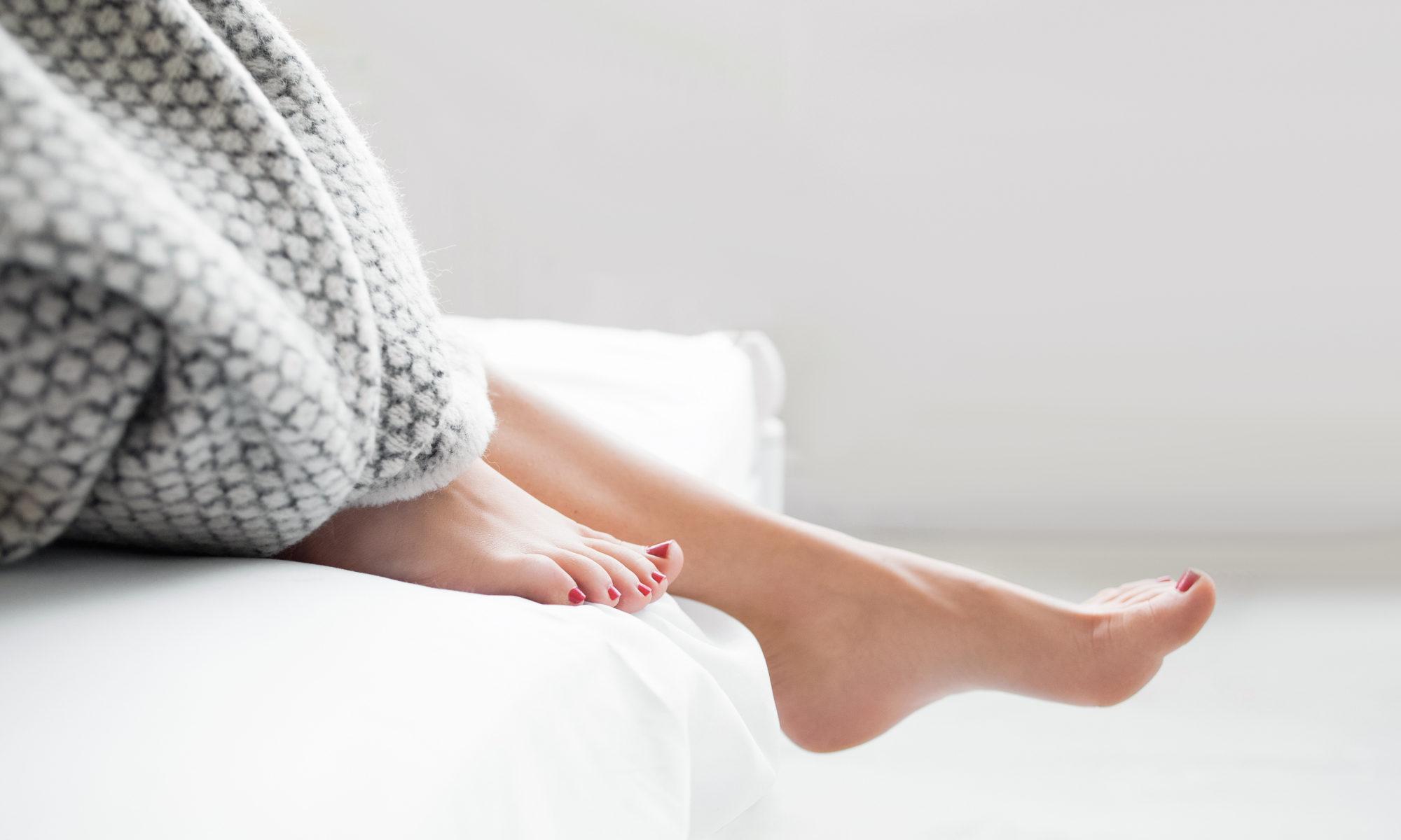 kobiece nogi wstające z łóżka zespół niespokojnych nóg