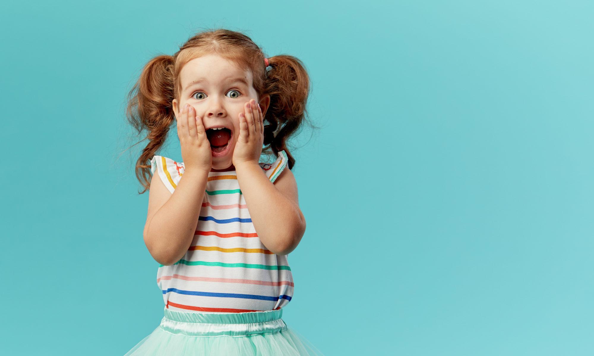 zaskoczona radosna rudowłosa dziewczynka