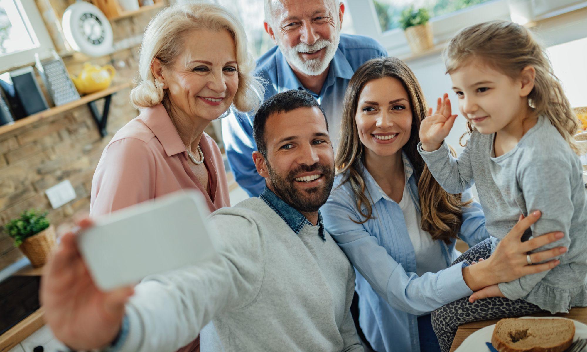 wielopokoleniowa rodzina pozuje do zdjęcia